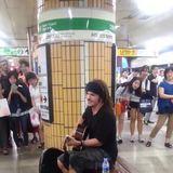 White man singing in Korean